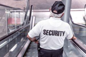 Bild von einer Security auf der Rolltreppe