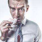 Bild von einem Mann der einen Keks isst
